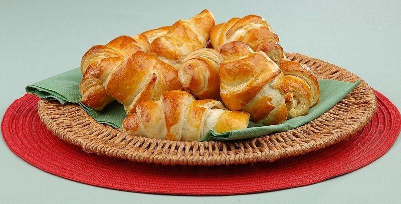 """</ """"نانهای رولی با پنیر میان آنها که با خمیرمایه دکتر اوتکر پخته شدهاند """"=jpg"""" alt.رولهای-پنیری""""=img src>"""