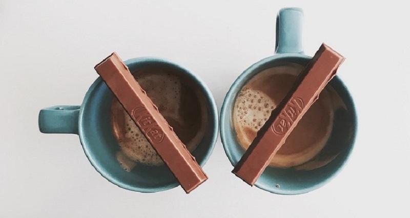 """</ """"دو انگشت کیتکت روی دو فنجان قهوه قرار گرفتهاند """"=jpg"""" alt.قهوه-کیتکت""""=img src>"""