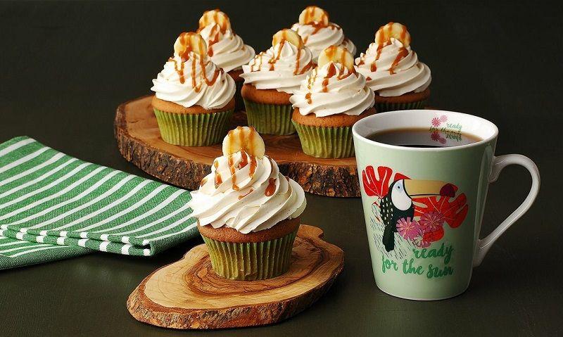 """</ """"چند کیک فنجانی خامهای با چای """"=jpg"""" alt.کاپ_کیک-موز""""=img src>"""